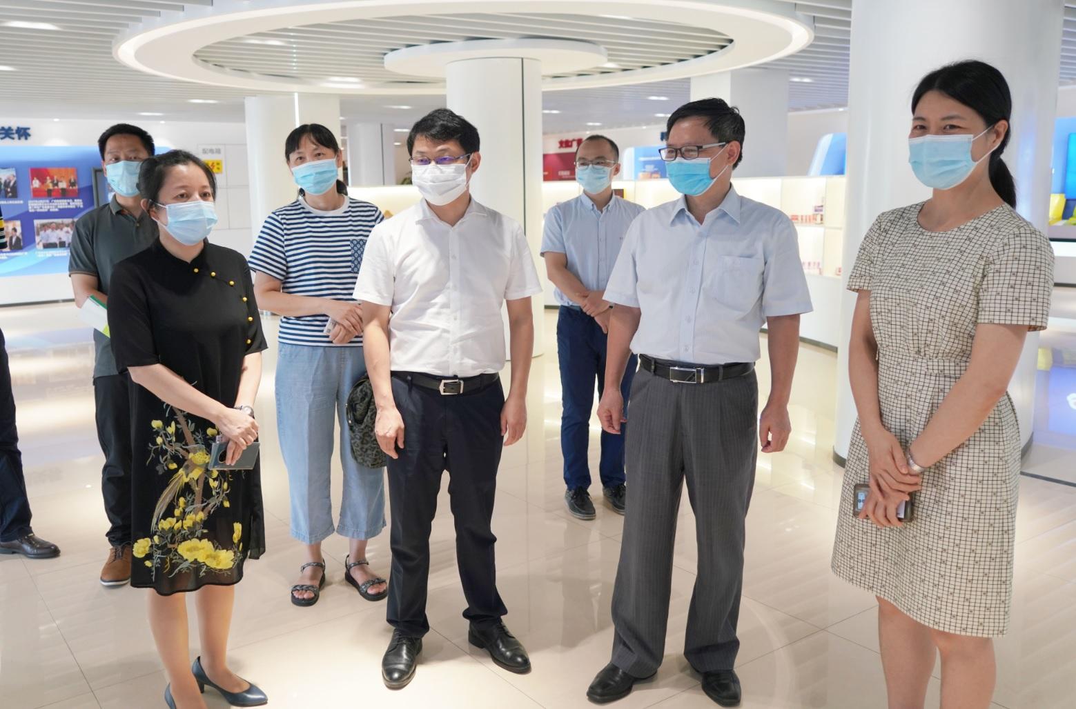 广州市工信局副局长张建华一行到广药集团白云山制药总厂调研